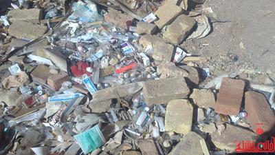 رهاسازی زباله های یکی از درمانگاه های رفسنجان در سطح شهر + عکس