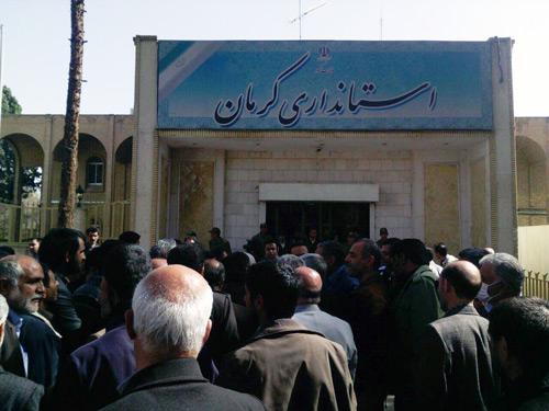 تجمعکنندگان مقابل استانداری کرمان: محکومین فتنه در مسائل سیاسی و اجرایی استان حق دخالت ندارند