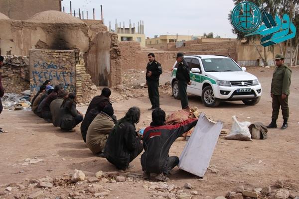 دستگیری ۱۶ معتاد کارتن خواب در یک محل متروکه در رفسنجان/عکس