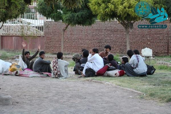 نارضایتی مردم رفسنجان از حضور کارگران فصلی غیربومی در معابر شهر/ عکس