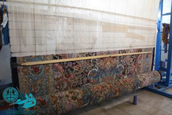 ۹۰ بافنده در رفسنجان برای صحن حضرت زهرا قالی میبافند/تصاویر