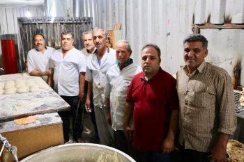 توزیع ۱۰ هزارقرص نان گرم بین زائران رضوی توسط خیریه خبازان رفسنجان