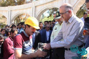 اهدای ۱۰۰ دست کفش و کلاه ایمنی به کارگران ساختمان رفسنجان+تصاویر