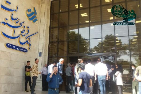 بی تدبیری در ادغام شعب رسالت در رفسنجان؛ مشتریان معطل پشت درب بانک