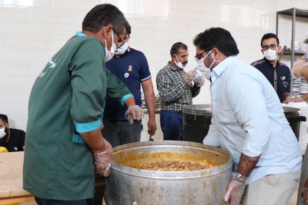 طبخ و توزیع ۸۲۰۰ پرس غذا در بین نیازمندان توسط موکب خاتم الانبیاء رفسنجان