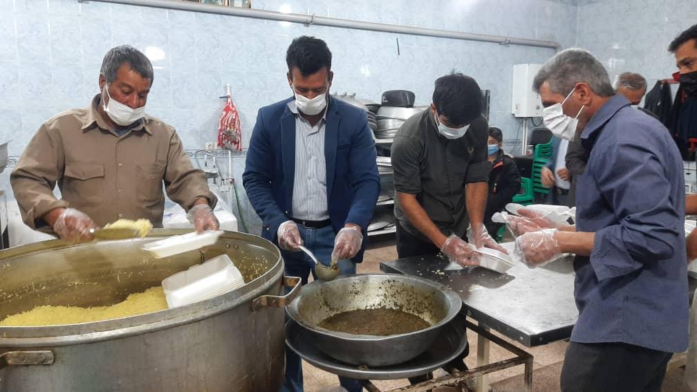 سنگتمام هیئتیهای حسینیه فردوس رفسنجان در ایام کرونا؛ توزیع غذا بین نیازمندان در شب های جمعه